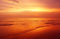 Paysage marin crépusculaire à la plage Thaïlande de karon Images stock