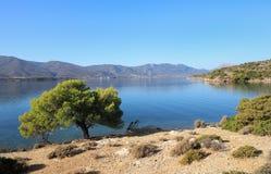 Paysage marin d'heure d'été beau d'île de Poros de baie d'amour, Agrosaronikos, Grèce Image libre de droits
