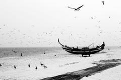 Paysage marin d'une plage en noir et blanc photographie stock