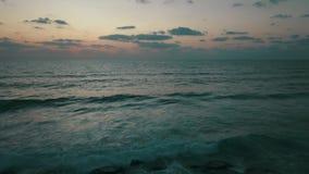 Paysage marin de paysage avec le coucher du soleil et les nuages banque de vidéos