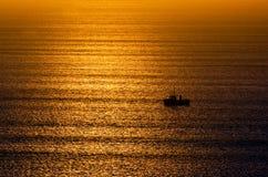 Paysage marin de brouillard au-dessus des vagues froides de mer Photo stock
