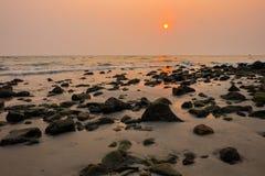 Paysage marin de coucher du soleil chez Koh Chang Photographie stock libre de droits