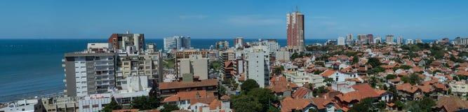 Paysage marin de jour de ville en été photos stock