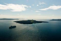 Paysage marin de l'île du volcan de Nea Kameni avec les bateaux et les revêtements n de croisière photo stock