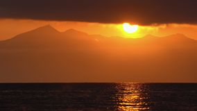 Paysage marin de laps de temps de stupéfaction : nuages illuminés par des rayons du soleil, ciel de flottement banque de vidéos