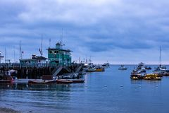 Paysage marin de lever de soleil de début de la matinée en Avalon Harbor regardant vers le pilier vert photographie stock libre de droits