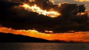 Paysage marin de mer calme et de coucher du soleil banque de vidéos