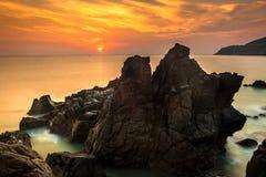 Paysage marin de nature avec les rochers exotiques, l'eau soyeuse au lever de soleil orange magnifique photographie stock libre de droits