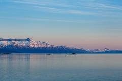Paysage marin de soirée avec des montagnes Images libres de droits