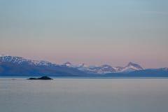 Paysage marin de soirée avec des montagnes Photo stock
