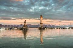 Paysage marin de soirée avec le phare dans le port de Lindau Photos stock
