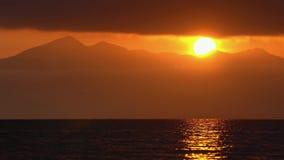 Paysage marin de stupéfaction : nuages illuminés par des rayons du soleil, flottant à travers le ciel clips vidéos
