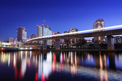 Paysage marin de Tokyo avec le monorail Photographie stock libre de droits