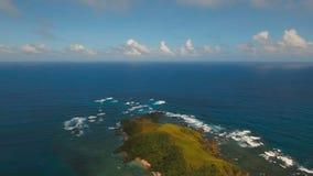Paysage marin de vue aérienne avec l'île, la plage, les roches et les vagues tropicales Catanduanes, Philippines clips vidéos