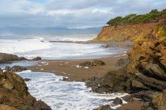 Paysage marin des falaises sur rocheux et du Sandy Pacific Ocean Coast de la Californie centrale photo libre de droits