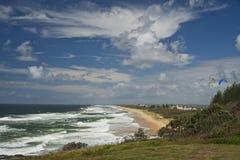 Paysage marin dramatique de côte de soleil Image libre de droits
