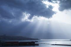 Paysage marin dramatique foncé avec les nuages et le soleil Photographie stock libre de droits