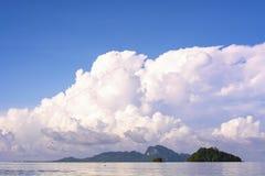 Paysage marin et île Images stock