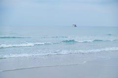 Paysage marin et ciel bleu avec un bateau Photographie stock libre de droits