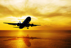 Paysage marin et coucher du soleil de ciel avec l'avion Photographie stock libre de droits