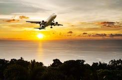 Paysage marin et coucher du soleil de ciel avec l'avion Image stock
