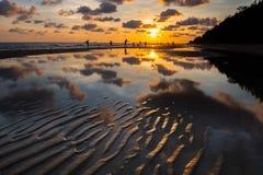 Paysage marin et personnes de silhouette sur la plage photographie stock libre de droits