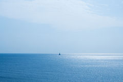 Paysage marin et un bateau à voile Photographie stock
