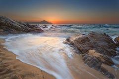 Paysage marin idyllique d'été au beau lever de soleil images libres de droits