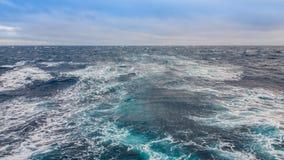 Paysage marin L'excitation de l'eau du bateau sur le surfa photos stock