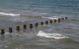 Paysage marin - la Mer du Nord foncée, froide, peu engageante avec une ligne diagonale des mer-briseurs Copiez l'espace Photo libre de droits