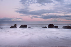 Paysage marin le doux a brouillé des vagues à l'aube Photos libres de droits