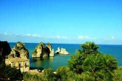 Paysage marin méditerranéen de côte d'été. l'Italie Photo stock