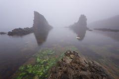Paysage marin magnifique au-dessus du phénomène de roche les bateaux, village de Sinemorets, Bulgarie Temps brumeux photos libres de droits