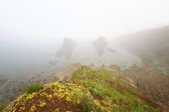 Paysage marin magnifique au-dessus du phénomène de roche les bateaux, village de Sinemorets, Bulgarie Temps brumeux image stock