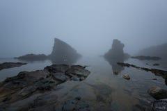 Paysage marin magnifique au-dessus du phénomène de roche les bateaux, village de Sinemorets, Bulgarie Temps brumeux photos stock