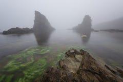 Paysage marin magnifique au-dessus du phénomène de roche les bateaux, village de Sinemorets, Bulgarie Temps brumeux photographie stock