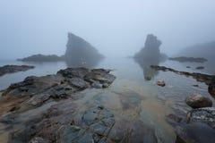 Paysage marin magnifique au-dessus du phénomène de roche les bateaux, village de Sinemorets, Bulgarie Temps brumeux photo stock
