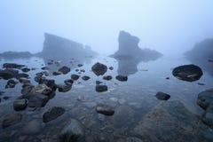 Paysage marin magnifique au-dessus du phénomène de roche les bateaux, village de Sinemorets, Bulgarie Temps brumeux images stock