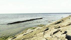Paysage marin, mer calme avec des roches banque de vidéos
