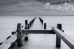 Paysage marin mono, les protections côtières de littoral de la Norfolk, Angleterre, R-U Images libres de droits