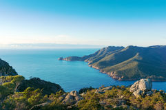 Paysage marin pittoresque de lagune et de montagnes bleues d'océan Photos libres de droits