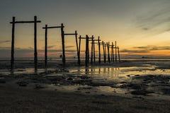 Paysage marin renversant de coucher du soleil avec la structure de pilier d'abandon Photos stock