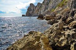 Paysage marin, rivage de la mer avec de grandes roches et hautes falaises en Crimée, Novy Svet Photo libre de droits