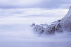 Paysage marin serein en plage d'Atxabiribil, Espagne Photographie stock libre de droits