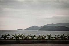 Paysage marin sombre foncé avec des îles le soir Images stock