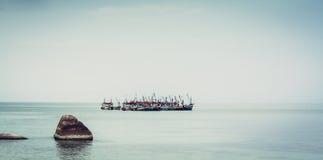 Paysage marin tropical avec les navires et la mer tranquille Photographie stock