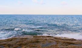 Paysage marin, vagues et plage en pierre Images stock
