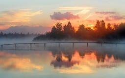 Paysage, matin sur le lac, brouillard, aube dehors photo stock