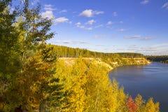 Paysage merveilleux de forêt un jour ensoleillé Scène colorée d'automne images libres de droits
