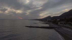Paysage merveilleux de mer, ligne de côte, colline verte au coucher du soleil avec le ciel nuageux banque de vidéos